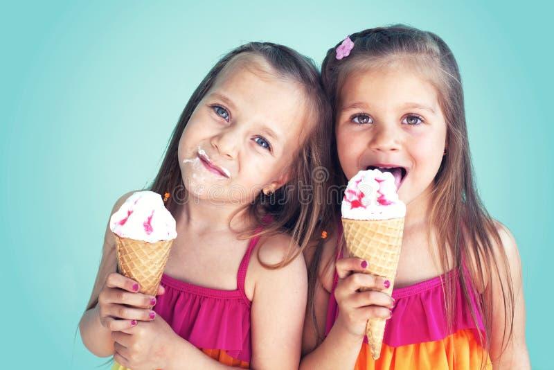 Crianças que comem o gelado foto de stock royalty free