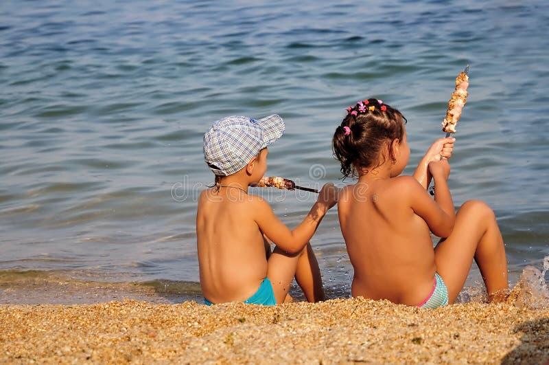 Crianças que comem o shashlik foto de stock royalty free