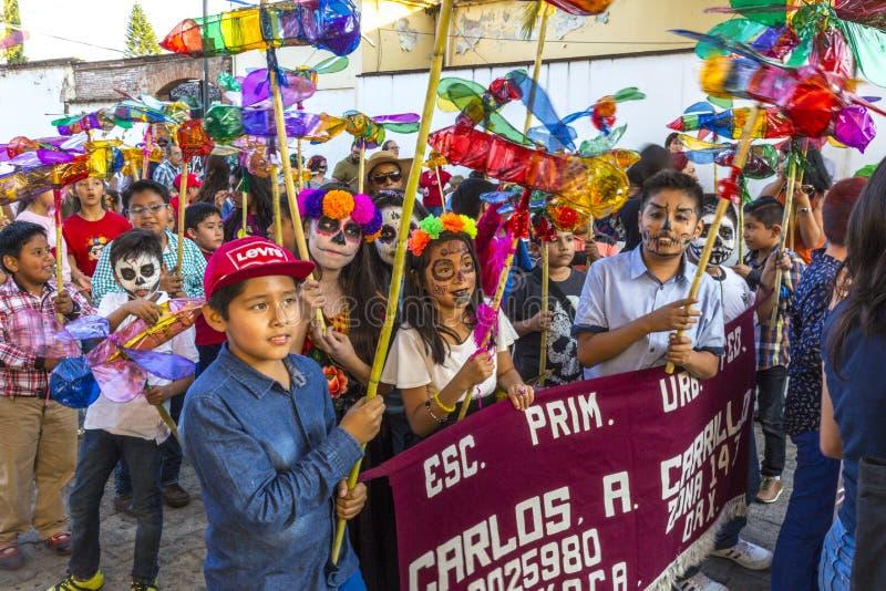 Crianças que comemoram Dia de Muertos fotografia de stock