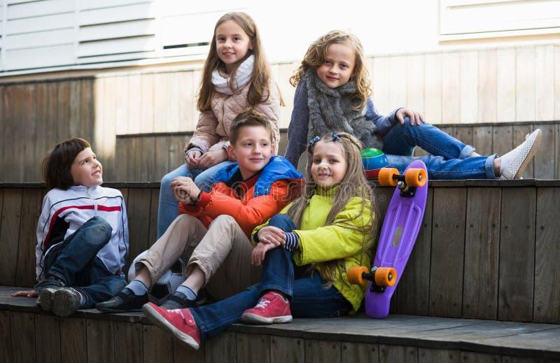 Crianças que compartilham de segredos como falando fotos de stock