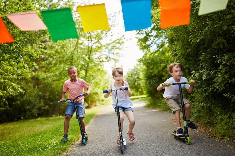 Crianças que competem no parque foto de stock