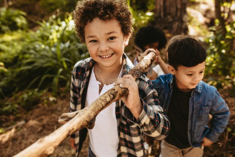 Crianças que constroem o acampamento na floresta imagens de stock royalty free