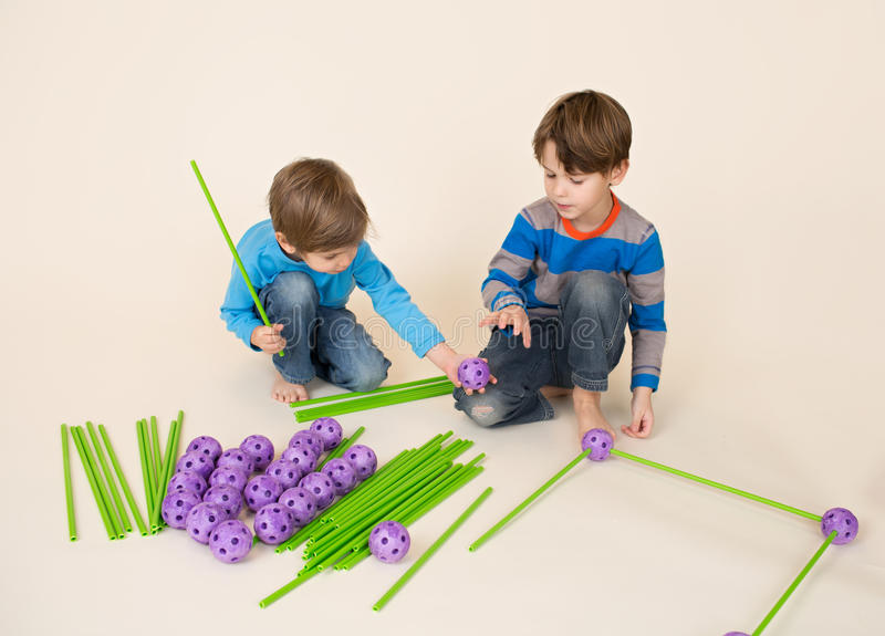 Crianças que constroem um forte e uma partilha fotos de stock