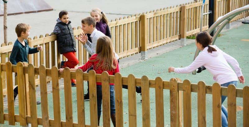 Crianças que correm ao redor ao jogar imagens de stock royalty free