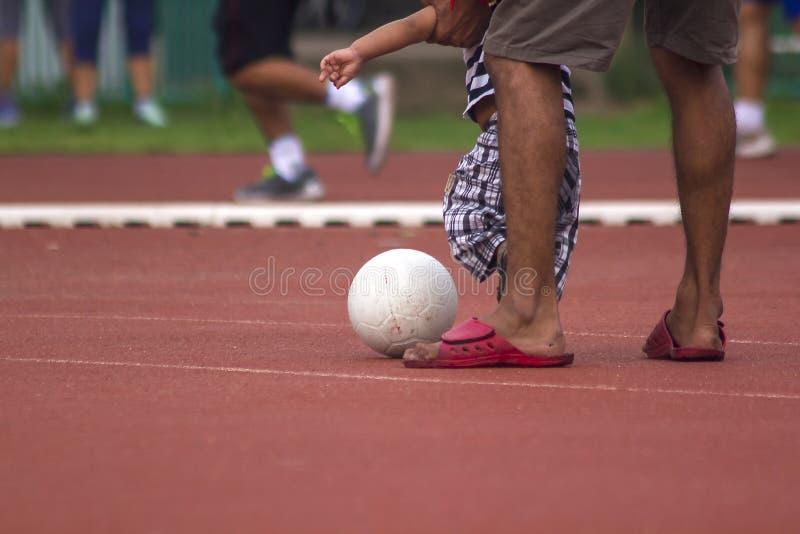 Crianças que correm com a bola imagens de stock