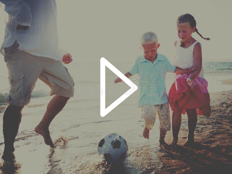 Crianças que correm no conceito da praia fotos de stock royalty free
