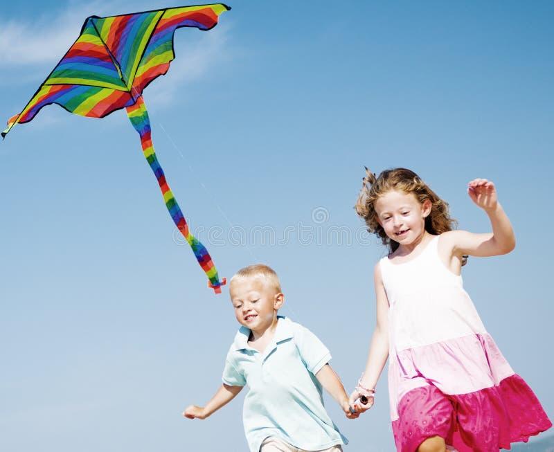 Crianças que correm no conceito da praia fotografia de stock royalty free