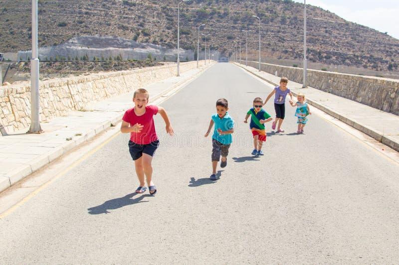 Crianças que correm a raça fotos de stock royalty free