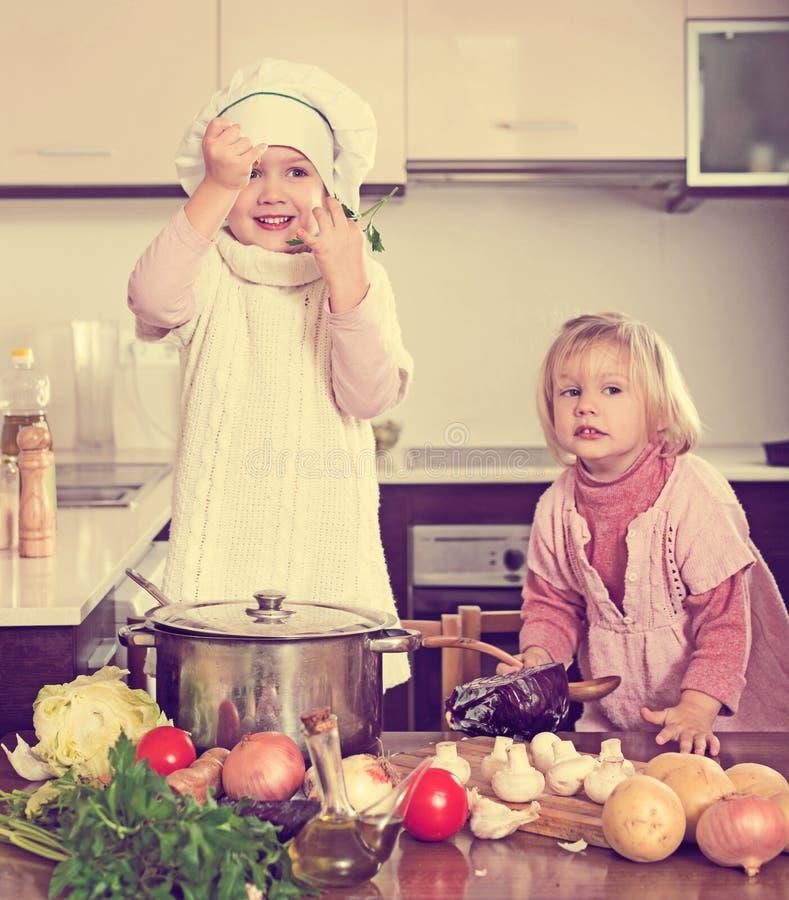 Crianças que cozinham na cozinha imagem de stock royalty free