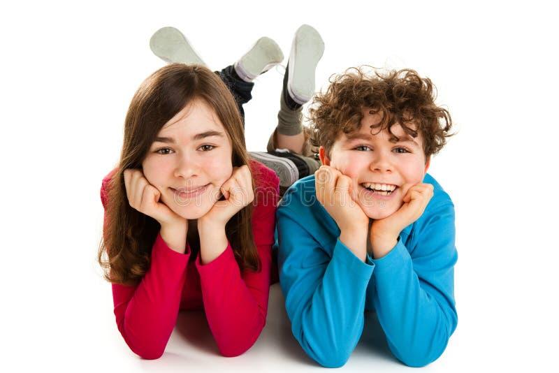 Crianças que encontram-se no fundo branco imagens de stock