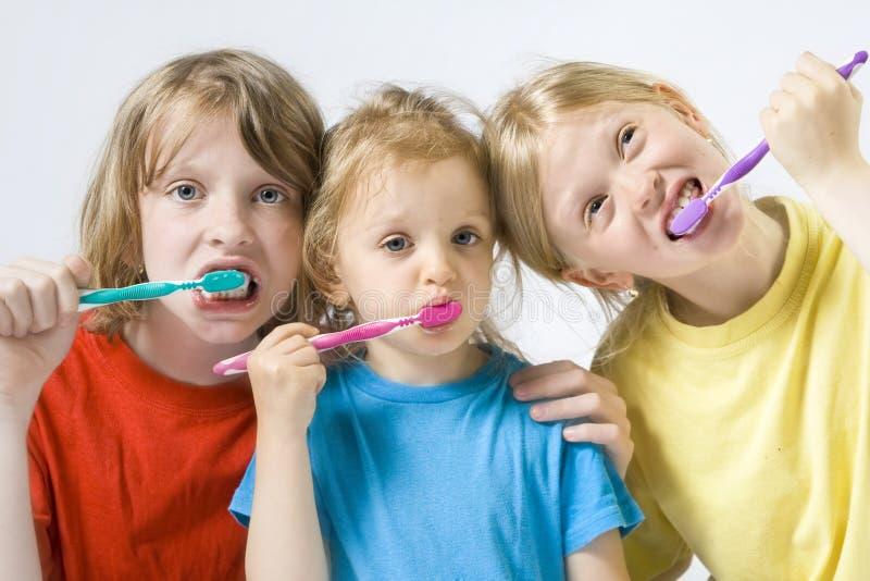 Crianças que escovam os dentes imagens de stock royalty free