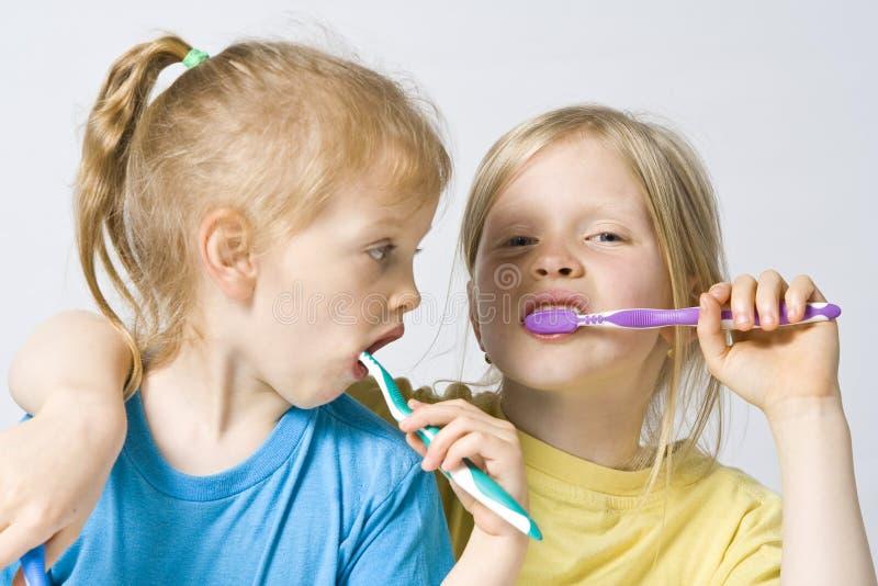 Crianças que escovam os dentes imagem de stock