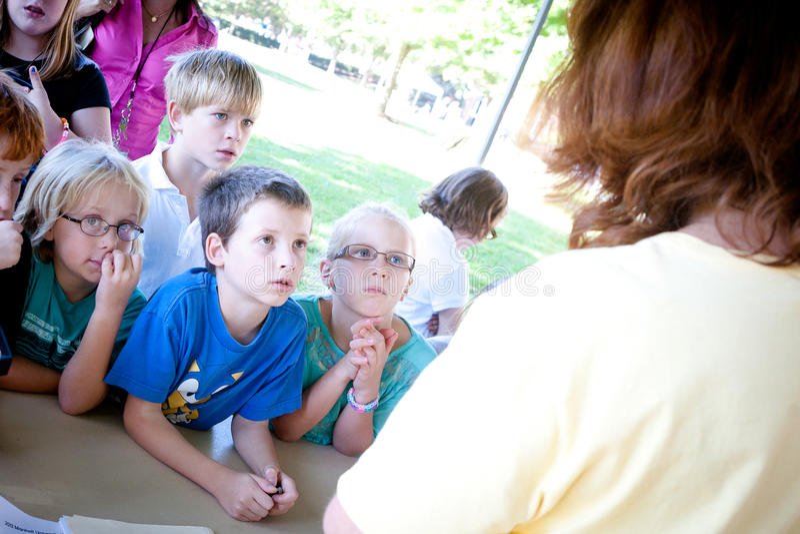 Crianças que escutam uma apresentação fora imagem de stock royalty free