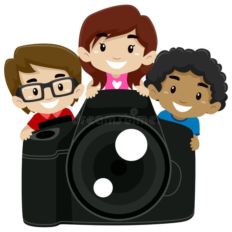 Crianças que estão atrás de uma câmara digital grande ilustração royalty free