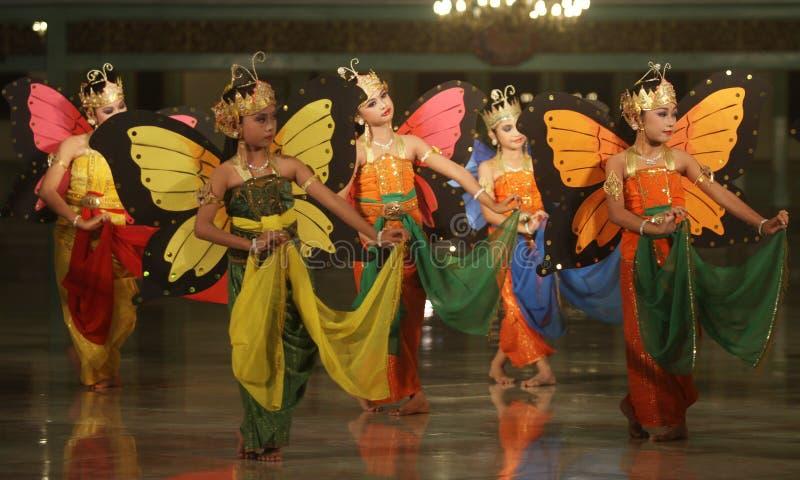 Crianças que executam a dança tradicional fotos de stock