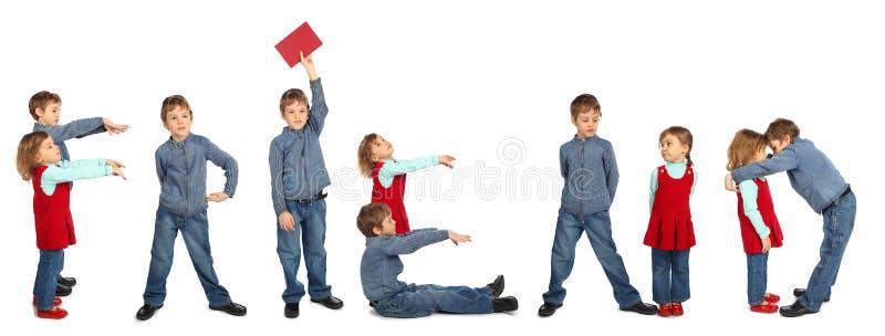 Crianças que fazem a colagem da palavra AMIGO foto de stock