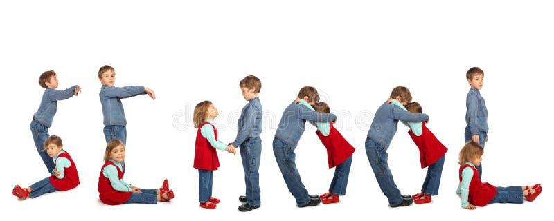 Crianças que fazem a colagem da palavra ESCOLA fotografia de stock royalty free