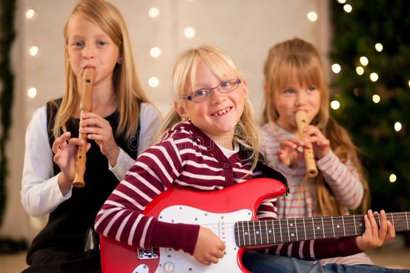 Crianças que fazem a música para o Natal fotografia de stock royalty free