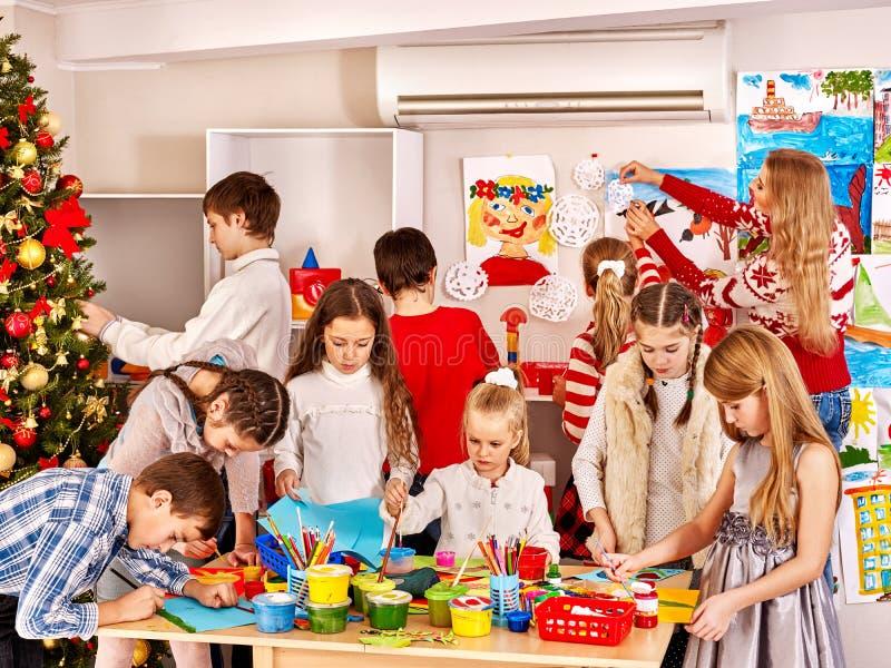 Crianças que fazem o cartão fotografia de stock royalty free