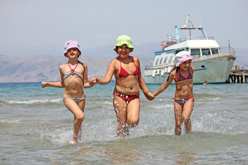 Crianças que funcionam na praia fotografia de stock