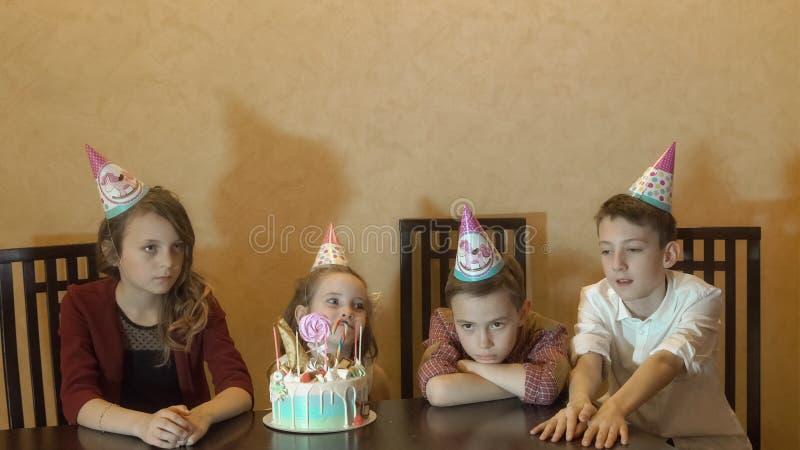 Crianças que furam na festa de anos bolo de aniversário para pouca menina do aniversário foto de stock royalty free