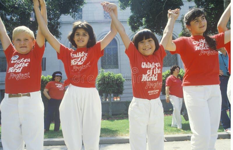 Crianças que guardam as mãos, Memorial Day, Los Angeles, Califórnia imagem de stock royalty free