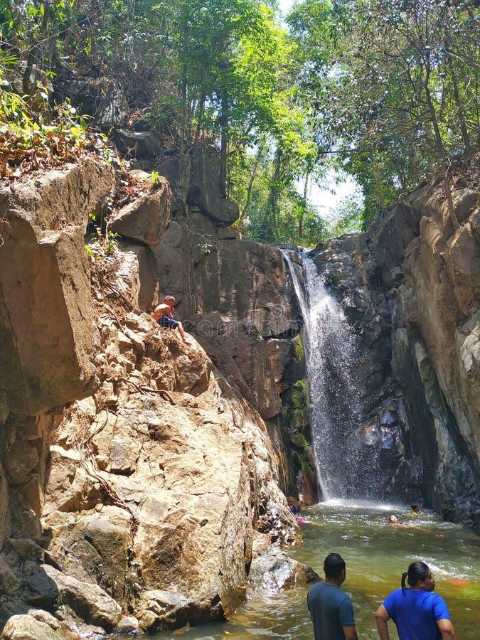 Crianças que jogam as cachoeiras que são despercebidas fotografia de stock royalty free