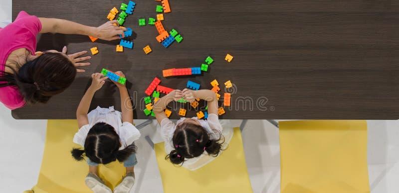 Crianças que jogam brinquedos coloridos imagens de stock