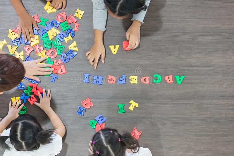 Crianças que jogam brinquedos coloridos foto de stock royalty free