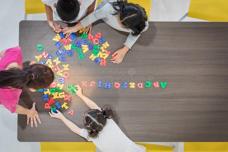 Crianças que jogam brinquedos coloridos fotografia de stock