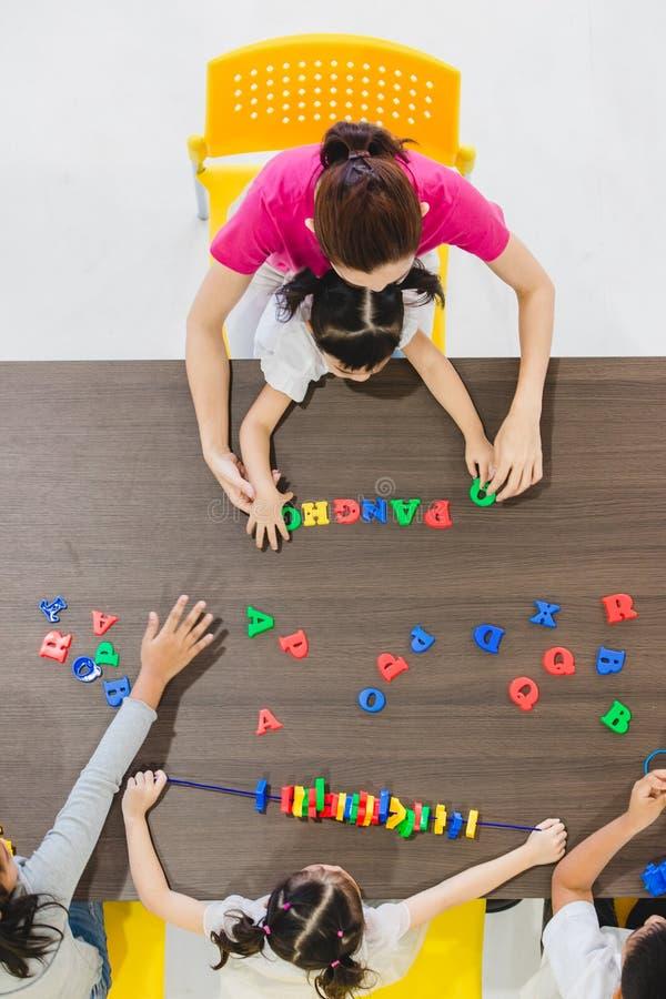 Crianças que jogam brinquedos coloridos foto de stock