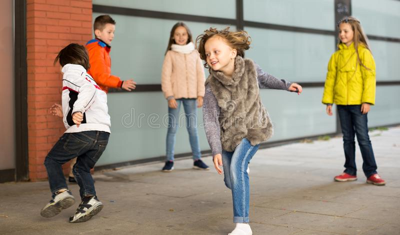 Crianças que jogam a captura na jarda fotografia de stock royalty free