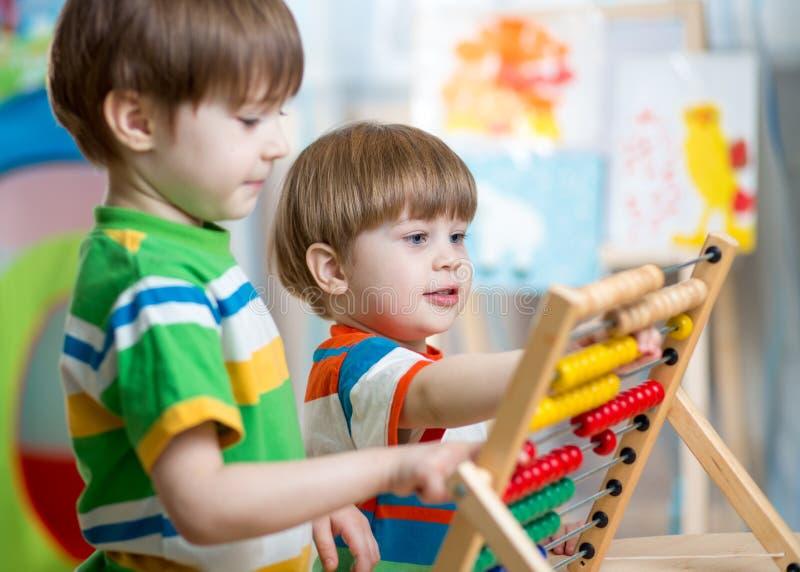 Crianças que jogam com ábaco fotografia de stock