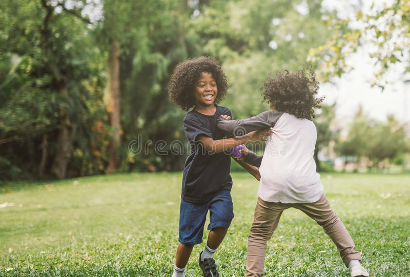 Crianças que jogam com amigos imagens de stock royalty free