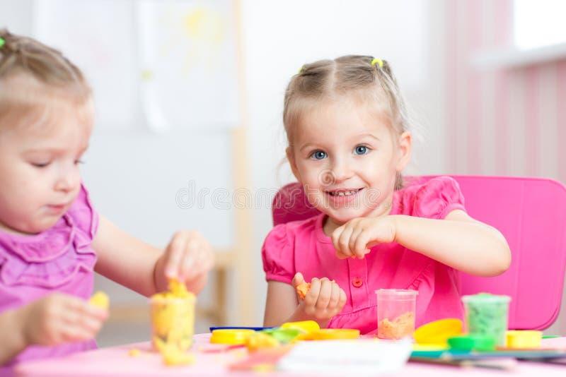 Crianças que jogam com argila colorida imagem de stock royalty free