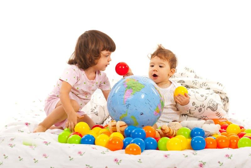 Crianças que jogam com bolas foto de stock royalty free