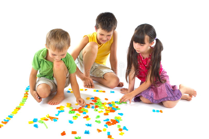 Crianças que jogam com letras fotos de stock