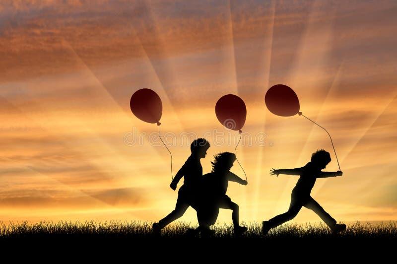 Crianças que jogam com os balões no por do sol ilustração royalty free