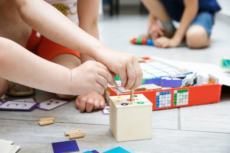 Crianças que jogam com os brinquedos educacionais caseiros fotos de stock royalty free