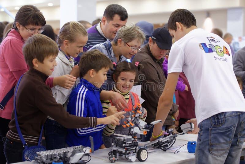 Crianças que jogam com robôs fotografia de stock