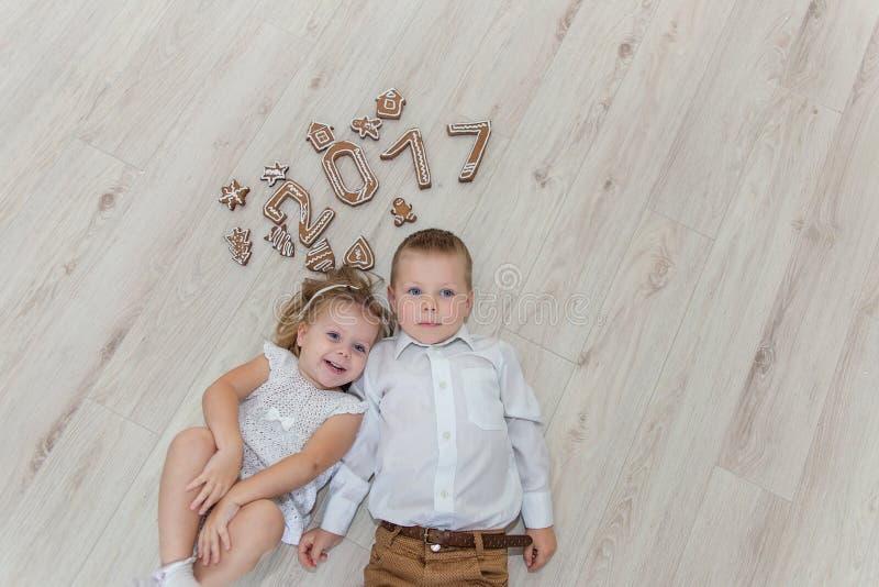 Crianças que jogam com véspera do ` s do ano novo do pão-de-espécie fotos de stock