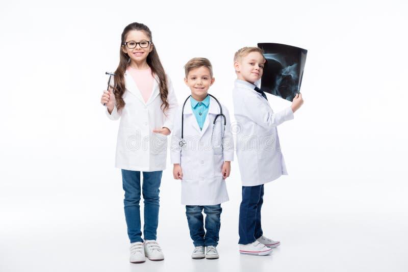 Crianças que jogam doutores fotos de stock