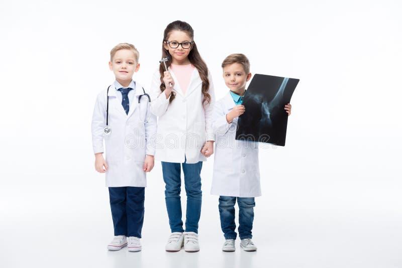 Crianças que jogam doutores fotografia de stock
