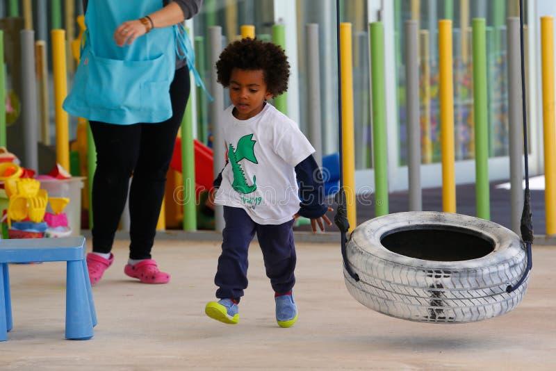 Crianças que jogam durante o tempo da ruptura no jardim de infância em Mallorca fotografia de stock royalty free