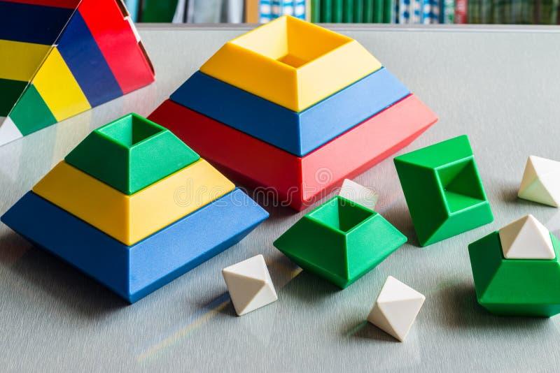 Crianças que jogam e que aprendem soluções Brain Toy imagens de stock royalty free