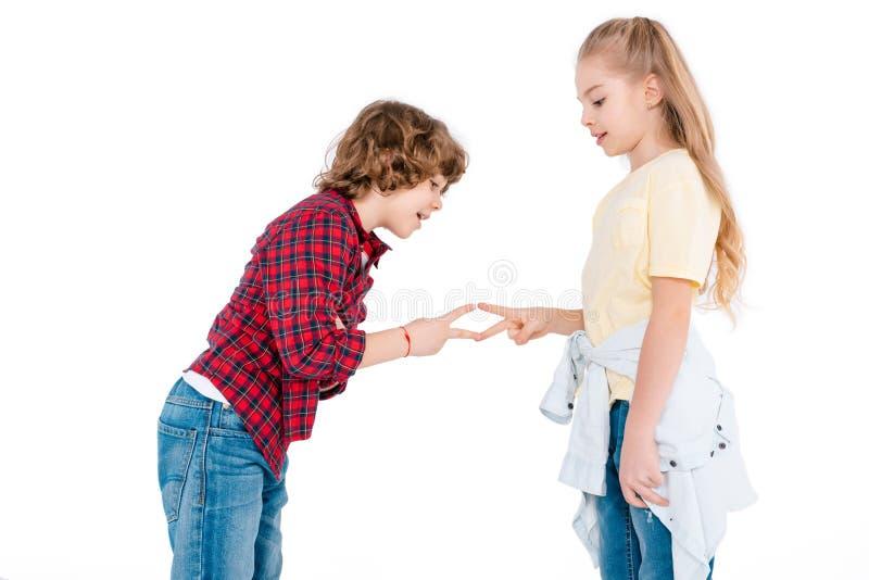 Crianças que jogam em contar para fora o jogo fotos de stock