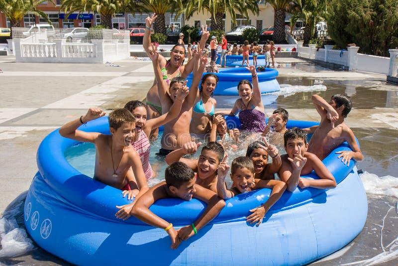 Crianças que jogam em uma bacia inflável da natação no La Palma foto de stock royalty free