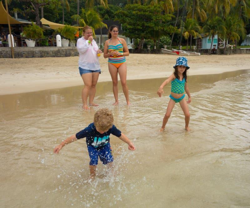 Crianças que jogam em uma praia nas ilhas de barlavento foto de stock royalty free