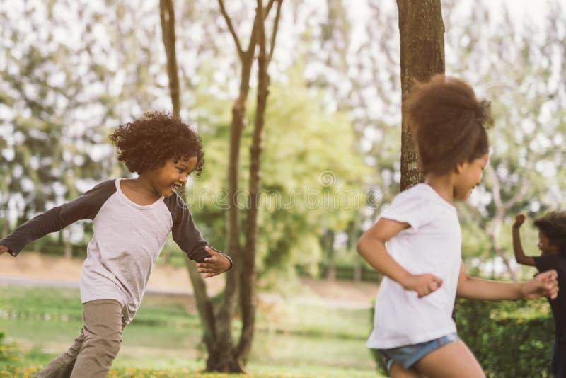 Crianças que jogam fora com amigos imagens de stock royalty free