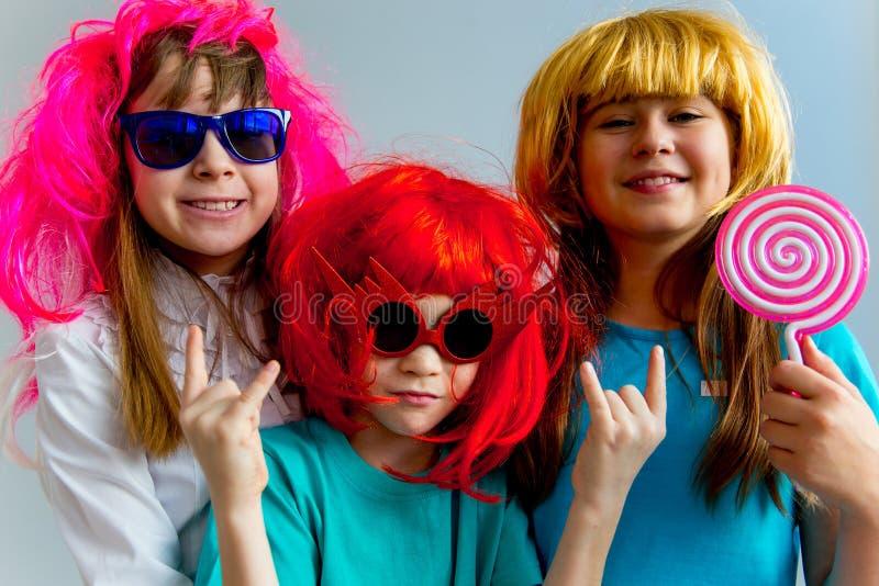 Crianças que jogam instrumentos musicais fotos de stock